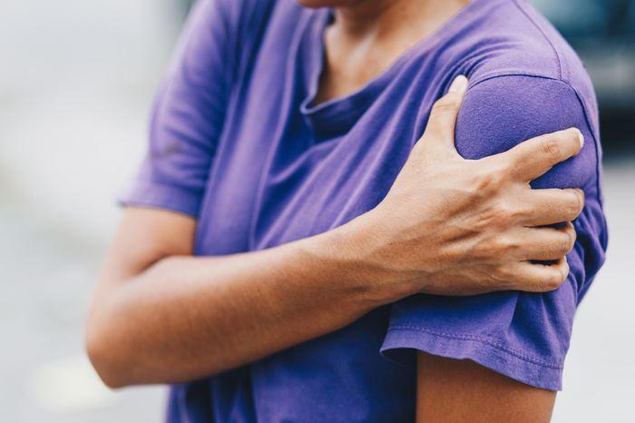 Omuz ağrısı ciddi hastalıkların belirtisi olabilir