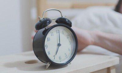 Alarm kurarak uyanmak sağlığa zararlı olabilir