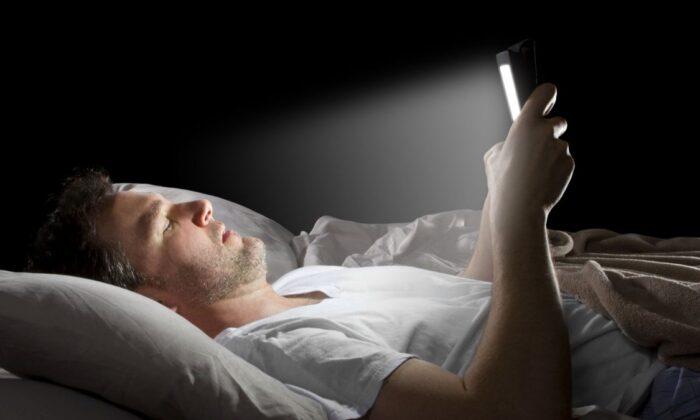 Bilim insanları uyardı: Gece telefona bakmak sperm kalitesini düşürüyor