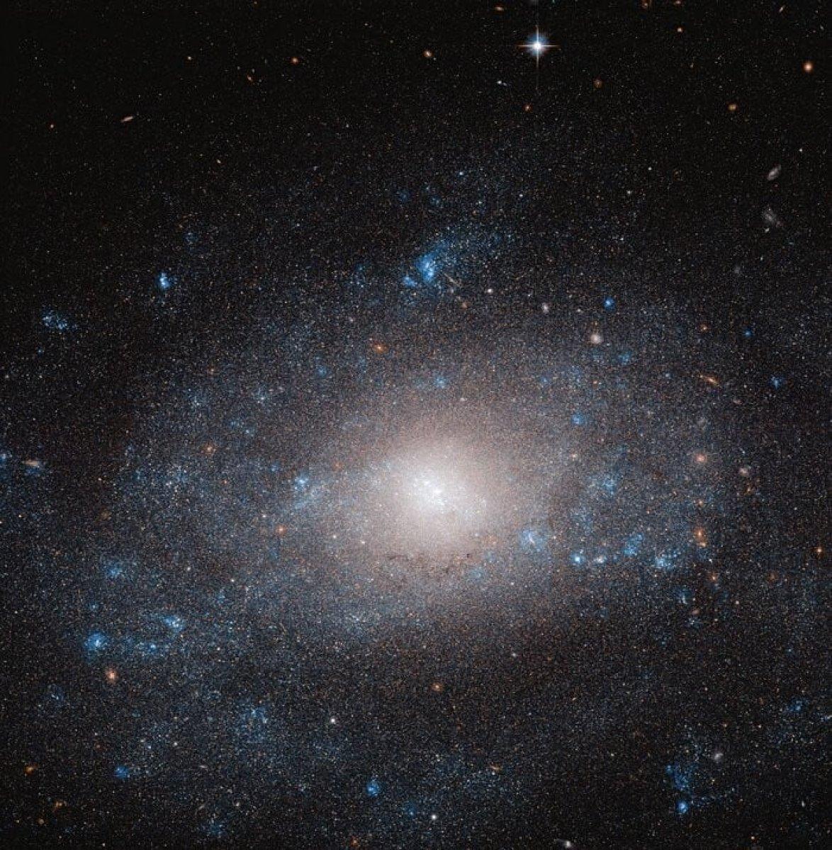 Hubble Uzay Teleskobu, karanlık maddeyle dolu bir galaksiyi fotoğrafladı