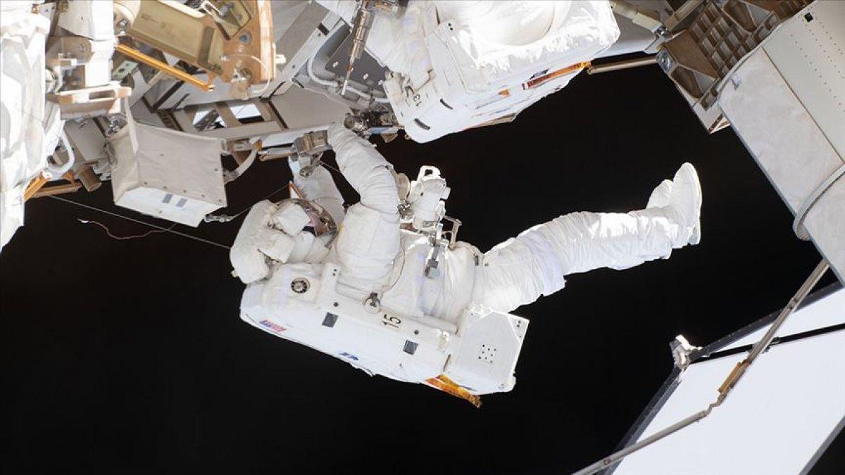 Rus kozmonotlar, Rus laboratuvarının hazırlıkları için uzay yürüyüşüne çıktı #1