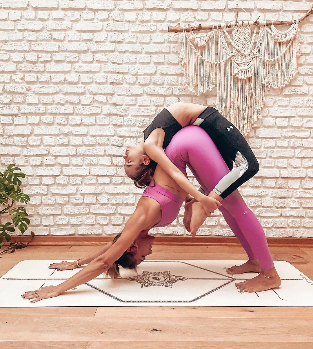 Zeynep Tokuş, Kızı Ayşe ile Yoga Yaptı
